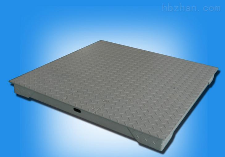 电子地磅结构特点: 1、秤台主梁全新采用热轧钢冷弯成U形截面槽钢,且在横截面上立有多道立筋幅板,更增加主梁的刚度,使抗扭、抗弯、抗压能力更强。 2、秤台焊点均采用连续自动焊拉发,且焊缝经过超声波探伤。确何了焊缝的质量。 3、钢板经喷砂除锈处理,表面涂层以环氧富锌底漆和丙稀酸聚脂船用油漆,油膜厚实。 4、秤台理整,规格多样化、系列化,还有防爆、防滑等结构类型。 电子地磅简介: 电子地磅称外型美观,结构坚固,工艺精湛创新专利高刚性高强度设计,创新顶级外观专利设计, 无框架,方便移动,适宜小车辆载货称重; 可