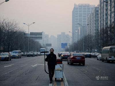 小伙用100天收集北京雾霾 灰尘制成板砖